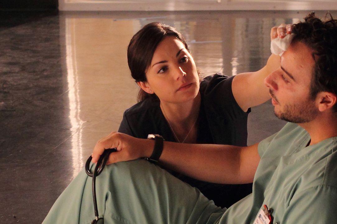 Dr. Alex Reid (Erica Durance, l.) kümmert sich um Victor Reis (Salvatore Antonio, r.), der plötzlich zusammenbricht und hohes Fieber hat ... - Bildquelle: 2012  Hope Zee One Inc.