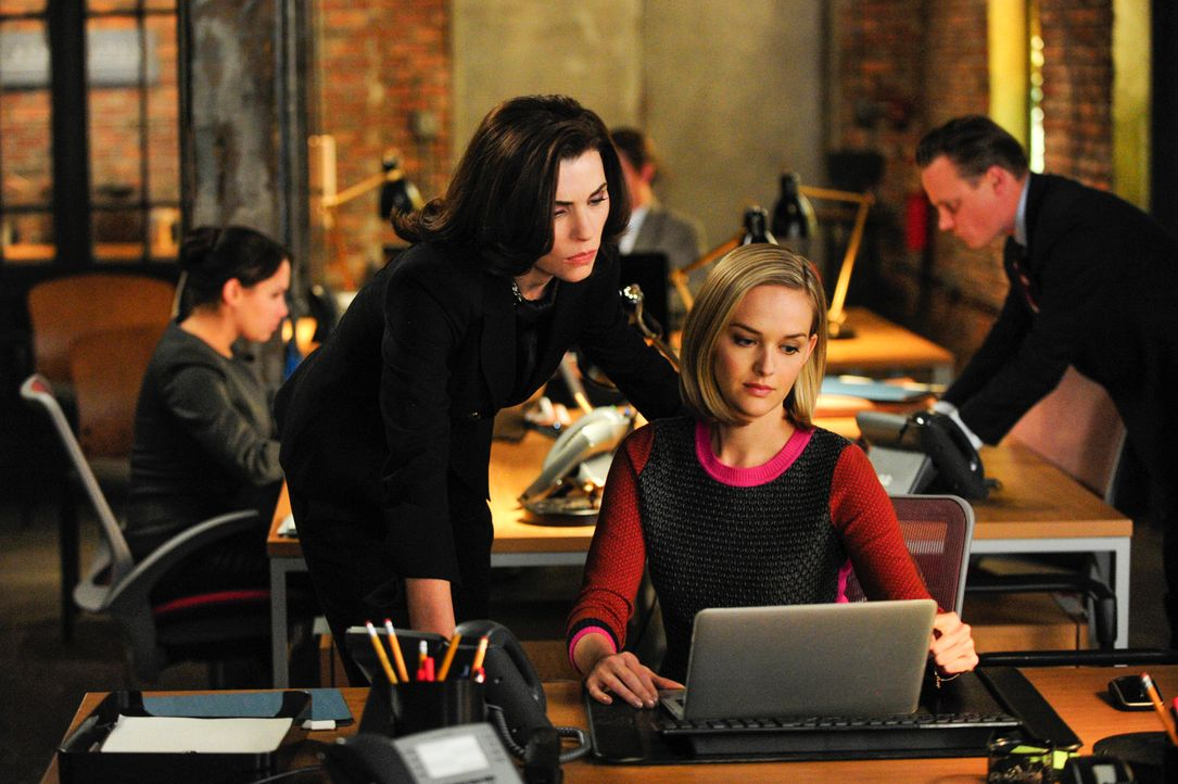 Alicia (Julianna Margulies, l.) und Robyn (Jess Weixler, r.) behalten die angeklagte Website immer im Blick ... - Bildquelle: John Paul Filo 2013 CBS Broadcasting Inc. All Rights Reserved.