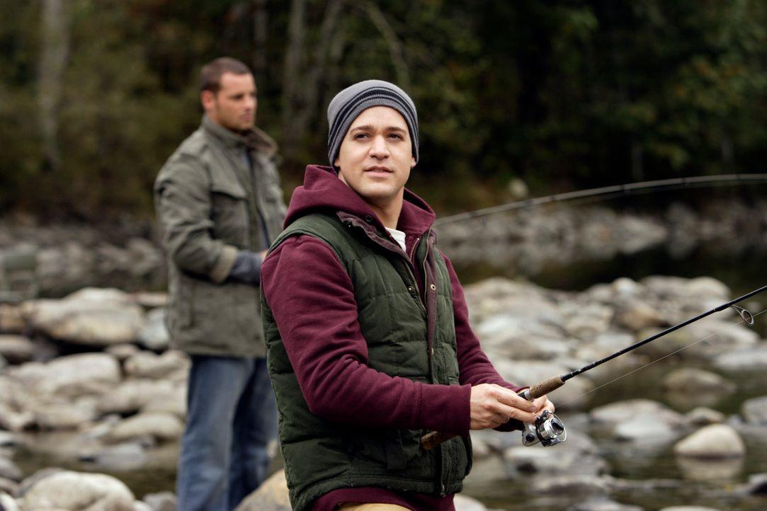 Ein Wochenendausflug zum fischen: George (T. R. Knight, r.) und Alex (Justin Chambers, l.) ... - Bildquelle: Touchstone Television