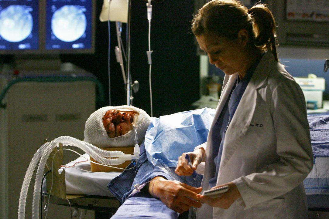 Nach und nach findet Meredith (Ellen Pompeo, r.) heraus, dass es sich bei dem Unfallopfer um George (T.R. Knight, l.) handelt ... - Bildquelle: Touchstone Television