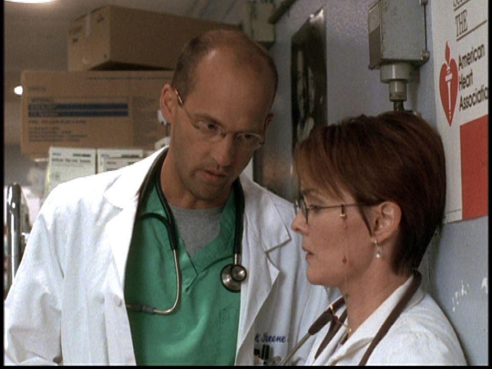 Greene (Anthony Edwards, l.) und Weaver (Laura Innes, r.) scheinen sich einig darüber zu sein, Romano als neuen Chef abzulehnen ... - Bildquelle: TM+  2000 WARNER BROS.