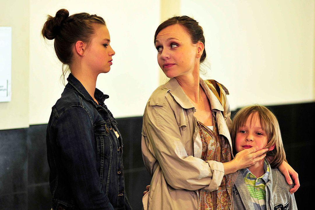 Ihr Ex-Mann macht ihr das Leben zur Hölle und hetzt Lukas (Finn Fiebig, r.) und seine 13-jährige Schwester Nina (Hanna Binke, l.) unentwegt gegen... - Bildquelle: Oliver Feist SAt.1