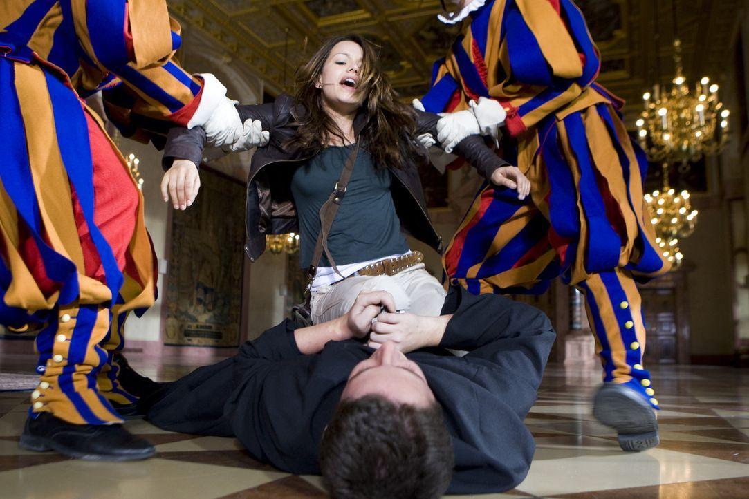 Eiskalt sticht der verblendete Vater Frederikus (Marian Meder, liegend) auf den Papst ein. Erst spät kann Johanna (Cosma Shiva Hagen, hinten) ihm d... - Bildquelle: ProSieben