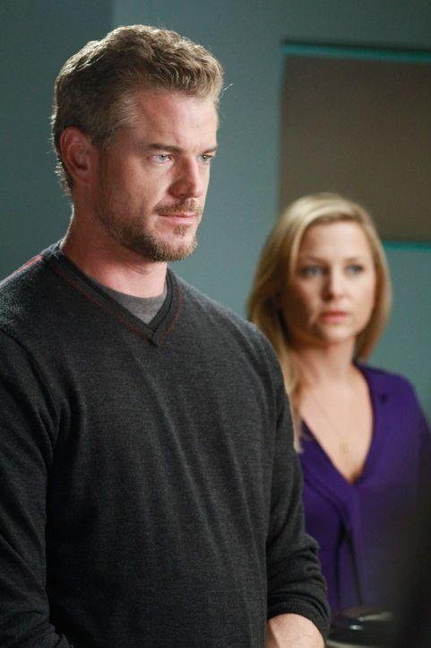 Arizona (Jessica Capshaw, r.) und Mark (Eric Dane, l.) kochen um die Wette, was Callie vollkommen gegen den Strich geht, während Alex und Teddy nach... - Bildquelle: ABC Studios