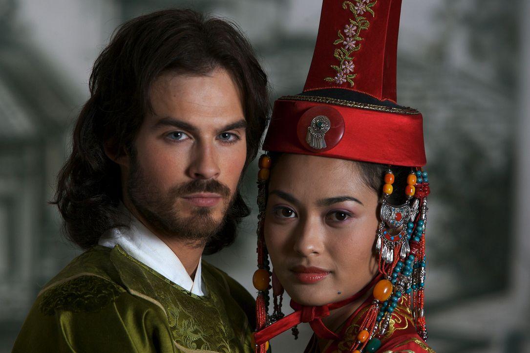 Marco Polo (Ian Somerhalder, l.) und seine schöne Kurtisane (Desiree Ann Siahaan, r.). - Bildquelle: 2006 RHI Entertainment Distribution, LLC