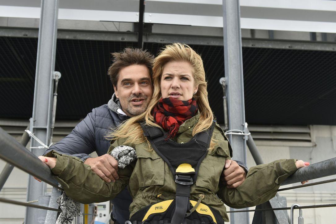 Geht mit Jo (Raphael Vogt, l.) auf eine Extremsporttour: Mila (Susan Sideropoulos, r.), die keine Angst zeigen möchte ... - Bildquelle: Claudius Pflug Sixx