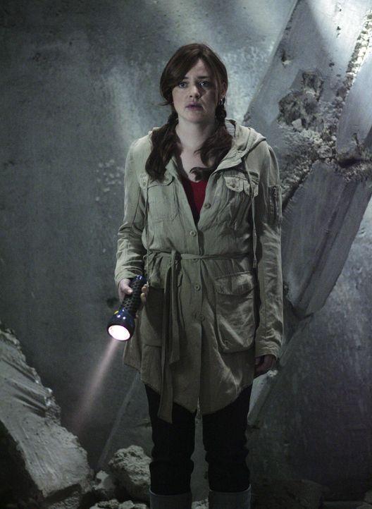Als Lori (April Matson) in der verlassenen Ruine von Zzyzx steht, bekommt sie es mit der Angst zu tun ... - Bildquelle: TOUCHSTONE TELEVISION