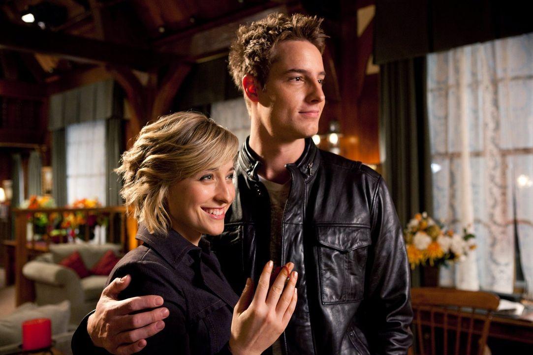 Der romantische Ausflug von Chloe (Allison Mack,, l.) und Oliver (Justin Hartley, r.) wird nicht nur durch Clark und Lois gestört ... - Bildquelle: Warner Bros.