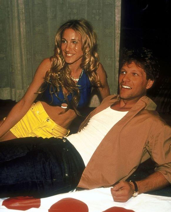 Durch ihre Beziehungsneurose wird Carrie (Sarah Jessica Parker, l.) von ihren Freundinnen zum Psychiater geschickt. Dort lernt sie den gut aussehend... - Bildquelle: 2001 Paramount Pictures