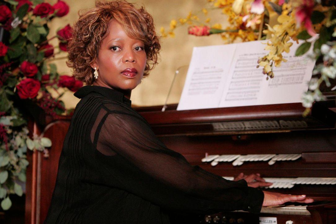 Da der Organist im Urlaub ist, springt Betty Applewhite (Alfre Woodard) ein, um die Trauerfeier musikalisch zu begleiten ... - Bildquelle: 2005 Touchstone Television  All Rights Reserved