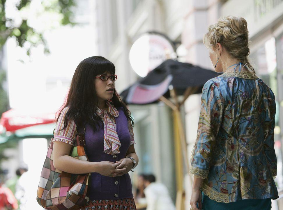 Während Betty (America Ferrera, l.) alles tut, damit in Daniels Abwesenheit die Dinge weiterlaufen, genießt Christina (Ashley Jensen, r.) die neuen... - Bildquelle: Buena Vista International Television