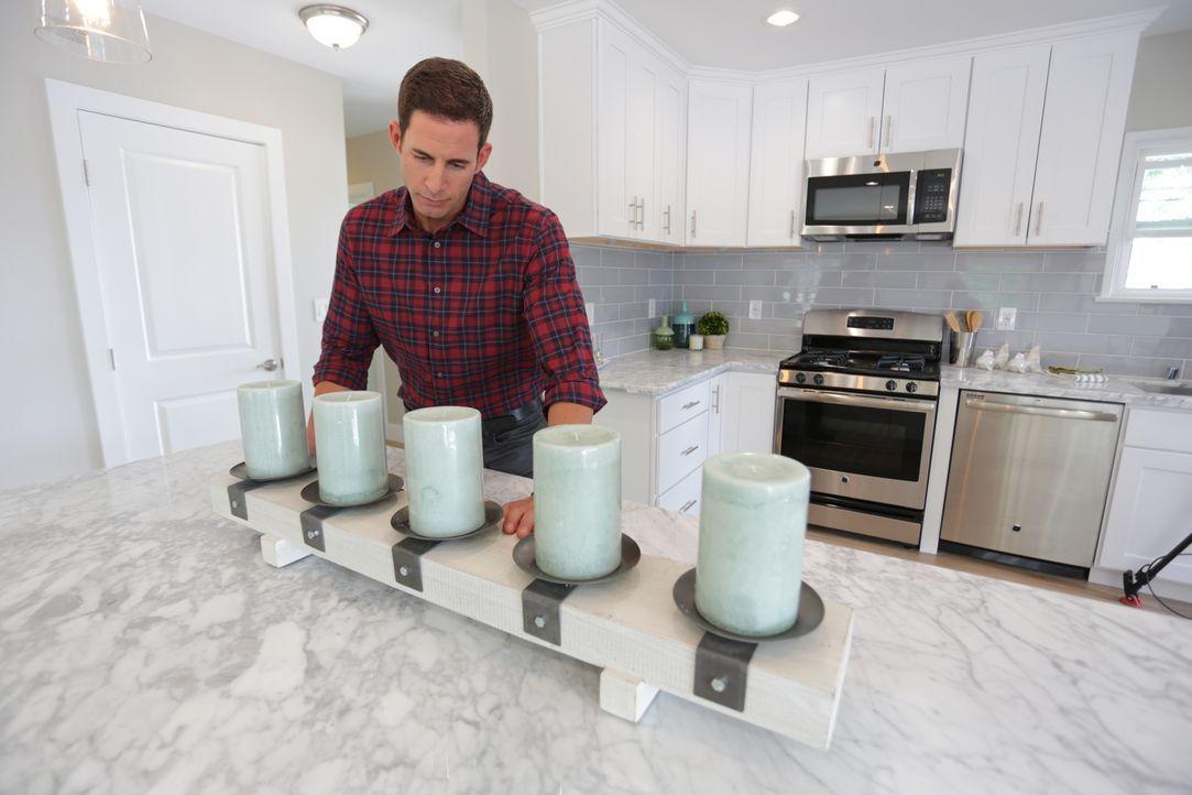 Die fertige Küche ist kaum wiederzuerkennen. Tarek verpasst seinem Werk mit ein paar Dekorationen noch den letzten Feinschliff ... - Bildquelle: 2016,HGTV/Scripps Networks, LLC. All Rights Reserved