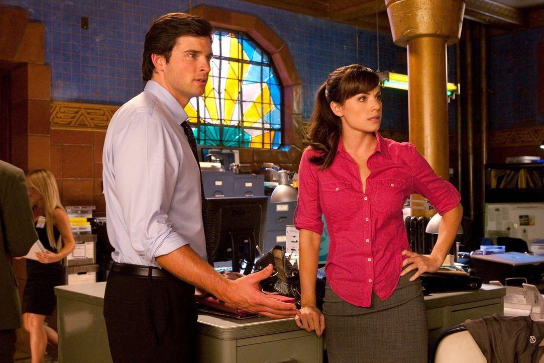 Lois (Erica Durance, r.) soll Clark (Tom Welling, l.) dabei helfen, der Menge als Schatten gegenüberzutreten. Damit will er sein Image aufbessern ... - Bildquelle: Warner Bros.