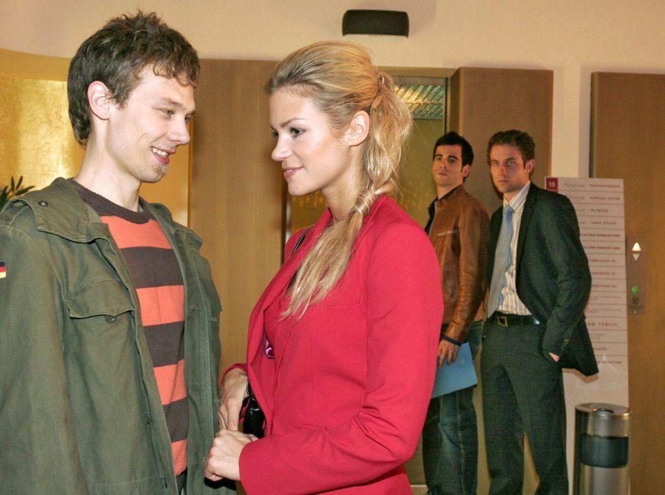 David (Mathis Künzler, 2.v.r.) und Max (Alexander Sternberg, r.) staunen nicht schlecht, als sie Lisas Verlobten Jürgen (Oliver Bokern, l.) vor de... - Bildquelle: Sat.1