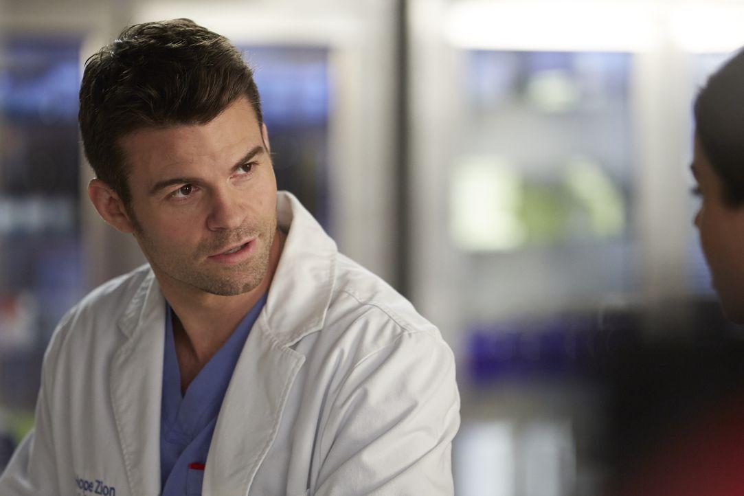Während Joel (Daniel Gillies) sich bei der Diagnose zu einem Patienten sicher ist, hat Alex das Gefühl, dass das aber nicht alles ist. Wer wird rech... - Bildquelle: Ken Woroner 2014 Hope Zee Three Inc.