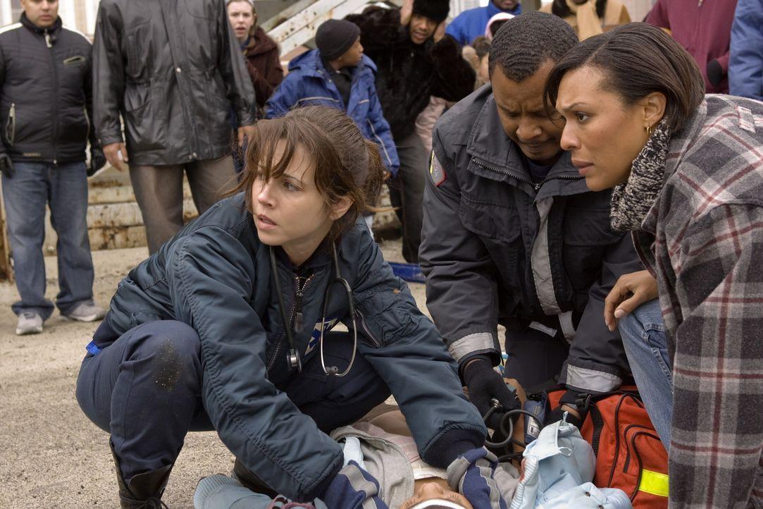 Sam (Linda Cardellini, l.) versucht einen Patienten zu retten ... - Bildquelle: Warner Bros. Television