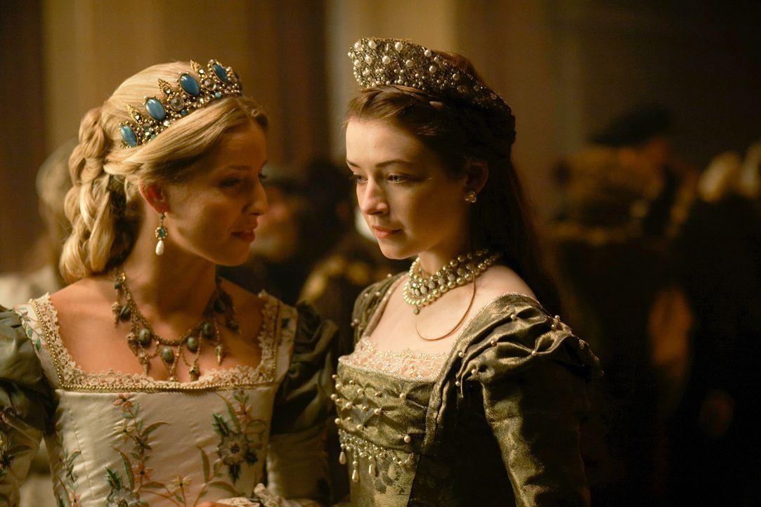 Jane (Annabelle Wallis, l.) versucht alles, um den König mit seiner Tochter Mary Tudor (Sarah Bolger, r.) wieder zu vereinen ... - Bildquelle: 2009 TM Productions Limited/PA Tudors Inc. An Ireland-Canada Co-Production. All Rights Reserved.