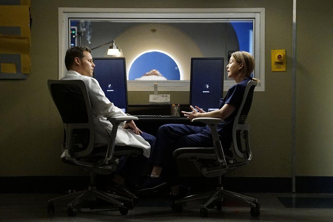Während Meredith (Ellen Pompeo, r.) sich damit auseinandersetzen muss, dass Owen und Amelia ein Paar sind, muss Alex (Justin Chambers, l.) erkennen,... - Bildquelle: Kelsey McNeal ABC Studios