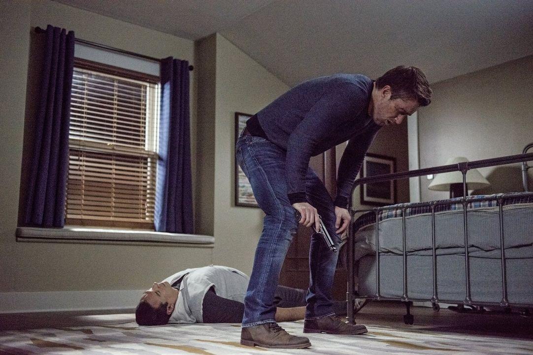 Kann Major (Robert Buckley, r.) wirklich den Zombie Julian Dupont (Aleks Paunavic, l.) umbringen, oder wird ihn das seine Glaubwürdigkeit kosten? - Bildquelle: Warner Brothers