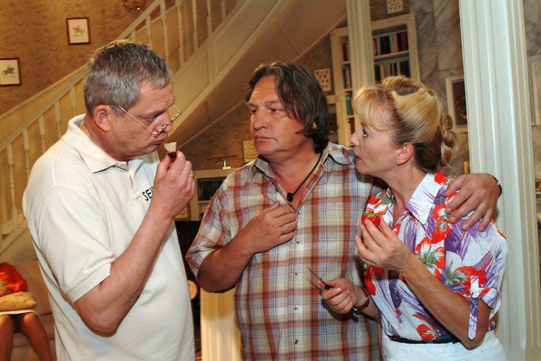 Helga (Ulrike Mai, r.) und Bernd (Volker Herold, M.) fühlen sich ein bisschen überrumpelt, als Friedrich (Wilhelm Manske, l.) vorschlägt, dass si... - Bildquelle: Monika Schürle Sat.1