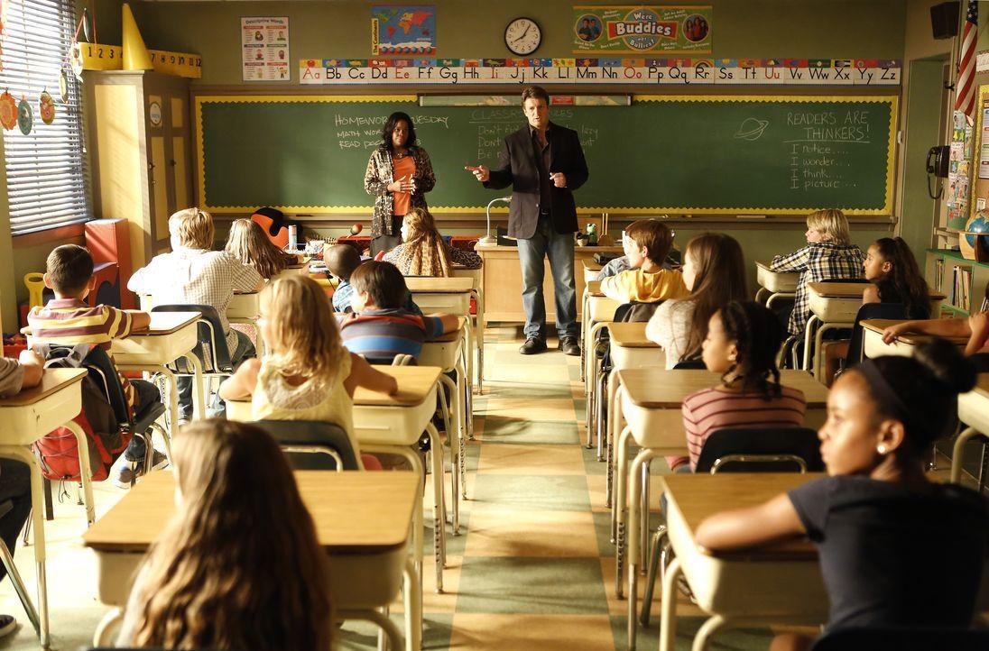 Ermittelt an einer Grundschule und braucht dafür die Unterstützung der Lehrerin Mrs. Ruiz (Michael Hyatt, stehend l.): Richard Castle (Nathan Fillio... - Bildquelle: Nicole Wilder-Shattuck ABC Studios / Nicole Wilder-Shattuck
