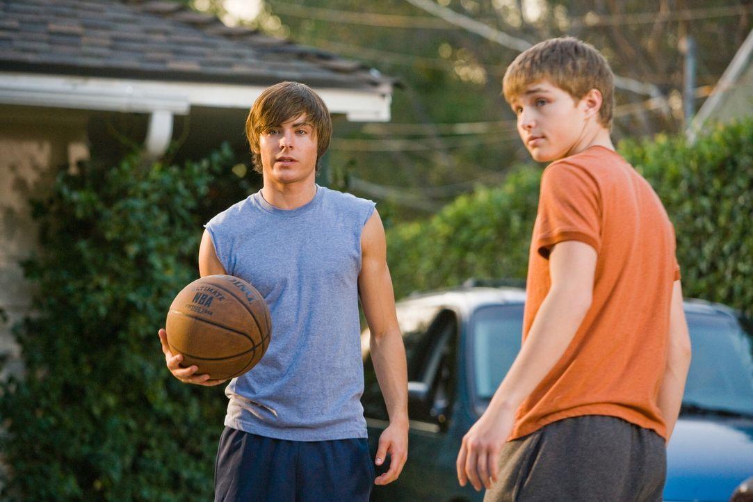 In seinem stark verjüngten Körper erkennt Mike (Zac Efron, l.) recht schnell, dass sein Sohn Alex (Sterling Knight, r.) ein ziemlich unglücklicher J... - Bildquelle: 2008   Warner Bros.