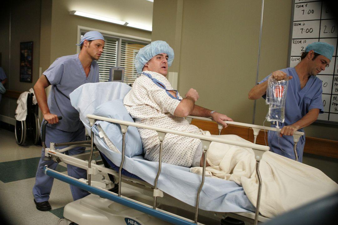 Nachdem Joe (Steven W. Bailey, M.) in seiner Bar kollabiert ist, wird er ins Krankenhaus eingeliefert. Alex (Justin Chambers, l.) kümmert sich um ih... - Bildquelle: Touchstone Television