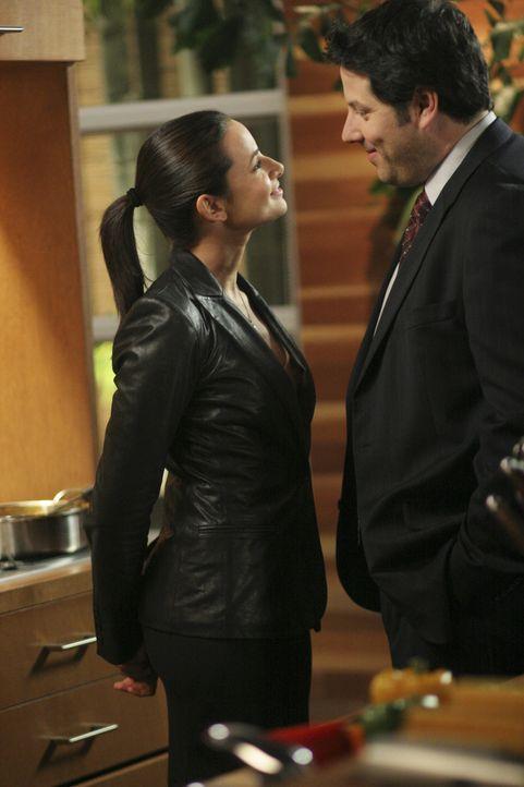 Eric Weiss (Greg Grunberg, r.) und Nadia Santos (Mia Maestro, l.) finden heraus, dass das Gift Hydrosek gestohlen wurde ... - Bildquelle: Touchstone Television