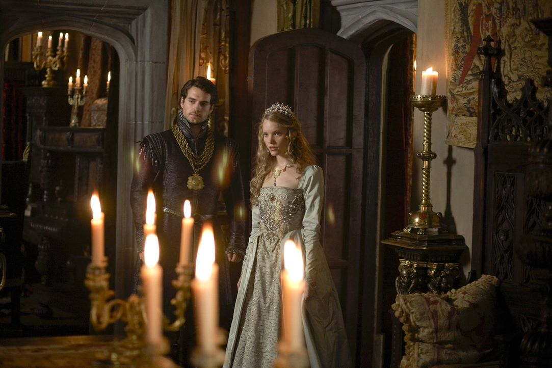 König Henry hat bei einer Veranstaltung die junge Katherine Howard (Tamzin Merchant, r.) entdeckt und lässt sie von Charles Brandon (Henry Cavill, l... - Bildquelle: 2009 TM Productions Limited/PA Tudors Inc. An Ireland-Canada Co-Production. All Rights Reserved.