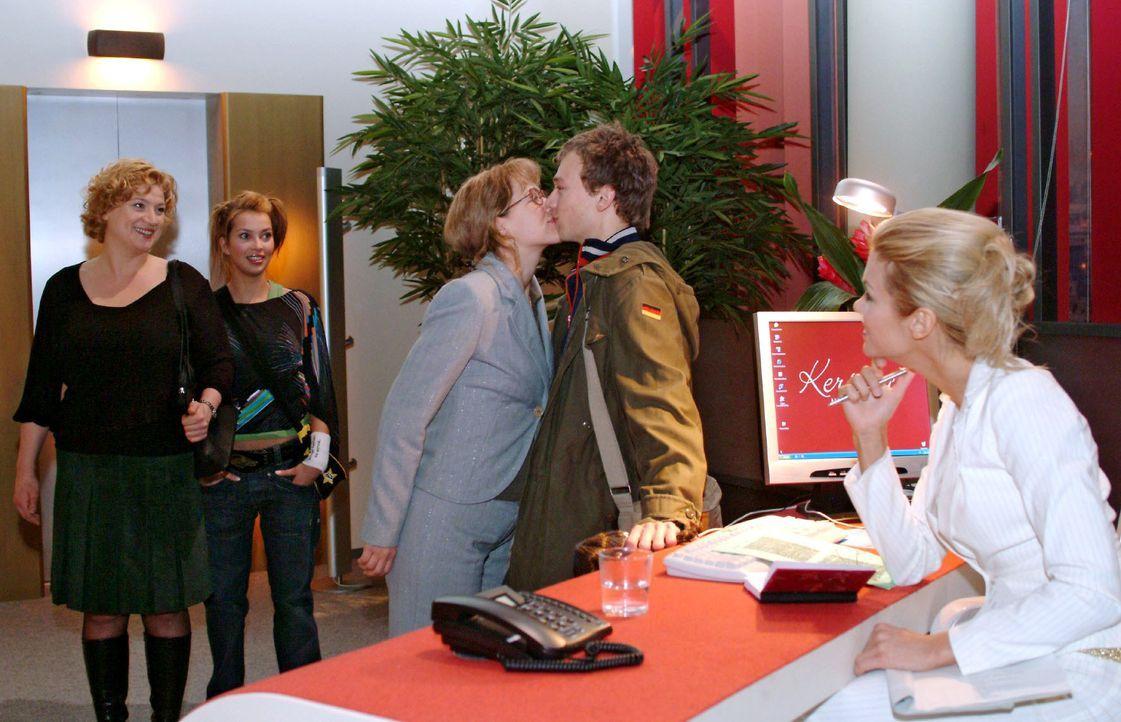 Während Agnes (Susanne Szell, l.) und Hannah (Laura Osswald, 2.v.l.) gerührt die küssenden Lisa (Alexandra Neldel, M.) und Jürgen (Oliver Bokern, 2.... - Bildquelle: Monika Schürle SAT.1 / Monika Schürle