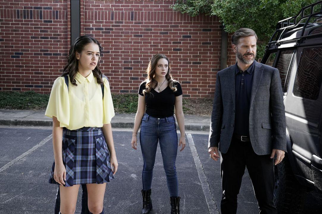 (v.l.n.r.) Josie Saltzman (Kaylee Bryant); Hope Mikaelson (Danielle Rose Russell); Alaric Saltzman (Matt Davis) - Bildquelle: Jace Downs 2020 Warner Bros Entertainment Inc. All rights reserved. / Jace Downs