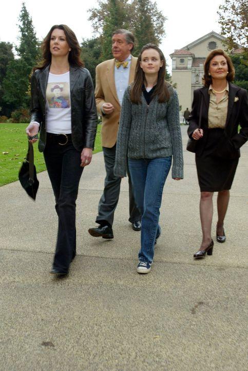 Richard (Edward Herrmann, 2.v.l.) und Emily (Kelly Bishop, r.) laden Rory (Alexis Bledel, 2.v.r.) und Lorelai (Lauren Graham, l.) nach Yale ein, ang... - Bildquelle: 2002 Warner Bros.