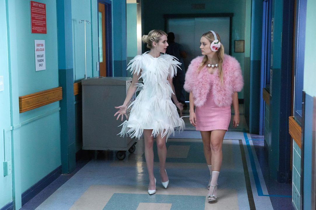 Während Chanel (Emma Roberts, l.) und Chanel #3 (Billie Lourd, r.) versuchen, neue Chanels zu rekrutieren, statten Zayday und Chanel #5 einer Person... - Bildquelle: 2016 Fox and its related entities.  All rights reserved.