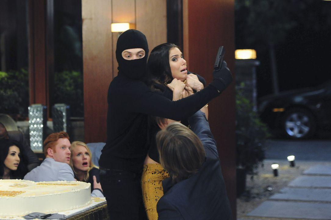 Carmen (Roselyn Sanchez, r.) erkennt sofort, dass die Einbrecher dieselben sind wie damals bei Alejandro und trifft eine Entscheidung, die auch Ty s... - Bildquelle: 2014 ABC Studios