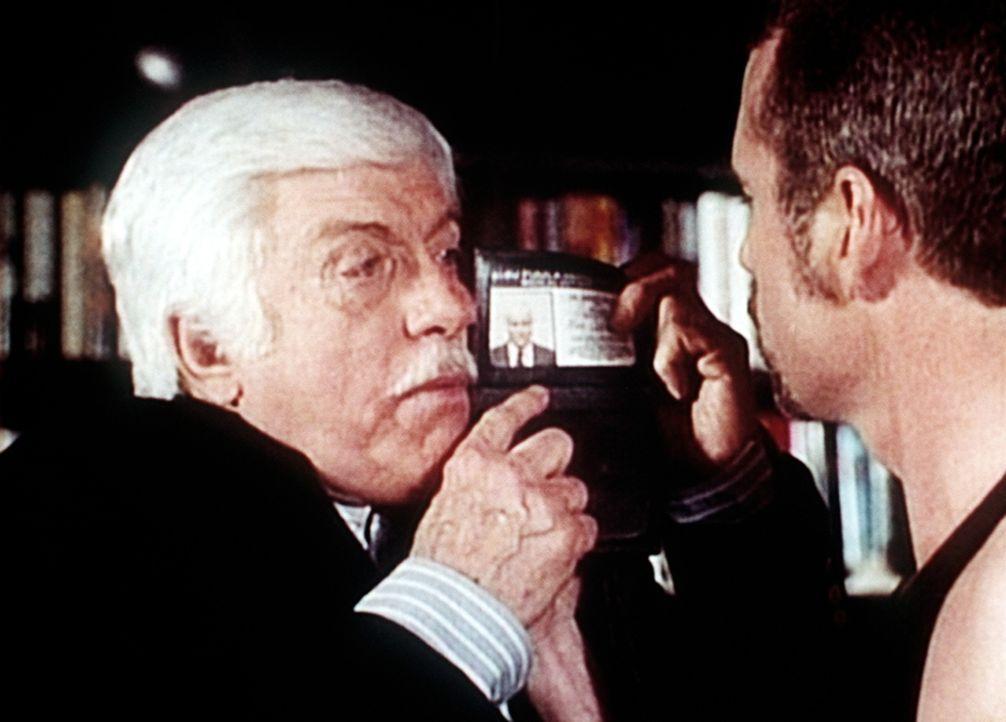 Dr. Sloan (Dick Van Dyke, l.) weist sich vor dem rabiaten Liebhaber der Verdächtigen Charlene Baylor aus. - Bildquelle: Viacom