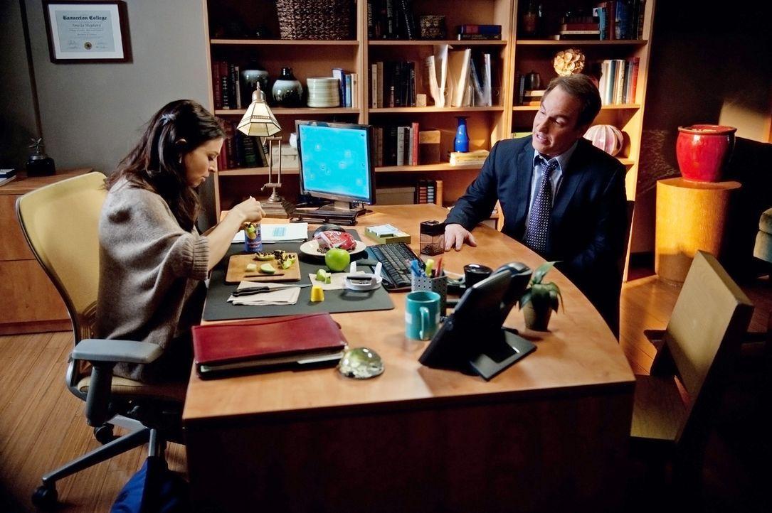 Während Sam sich um seine Schwester kümmert, macht sich Sheldon (Brian Benben, r.) um die schwangere Amelia (Caterina Scorsone, l.) Sorgen ... - Bildquelle: ABC Studios