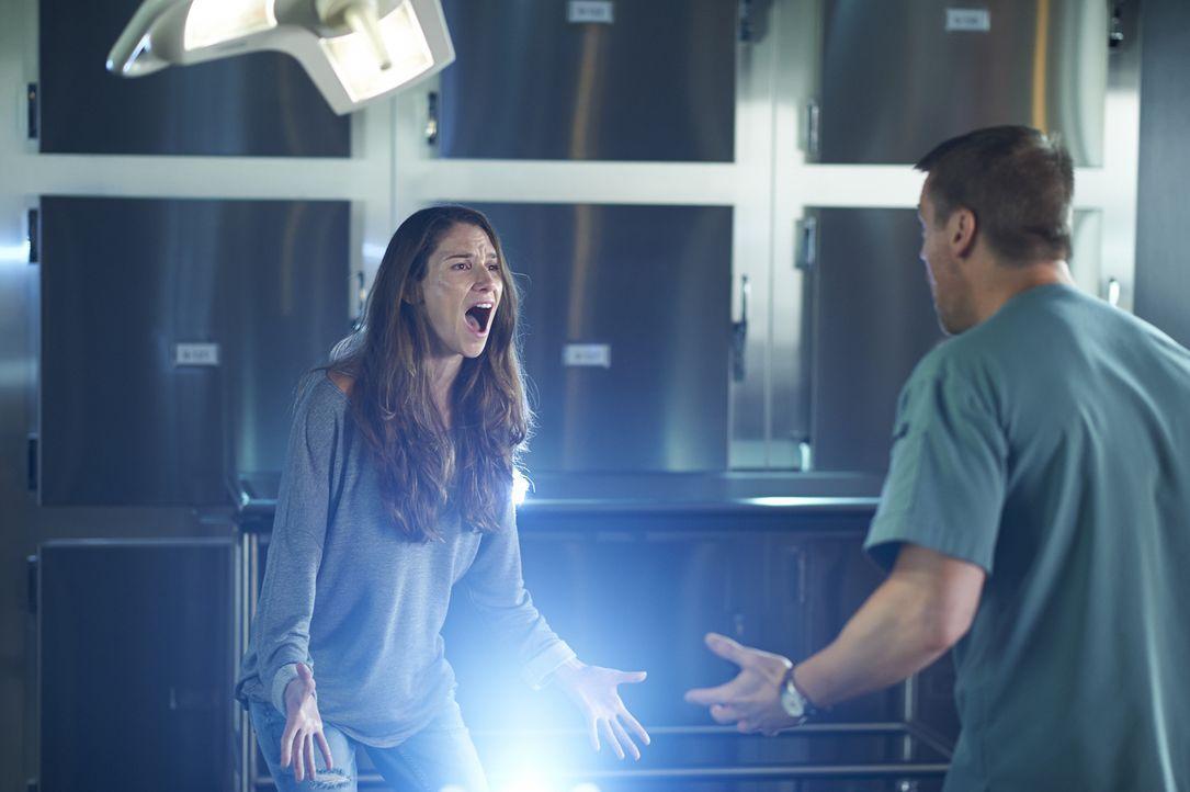 Während sich Charlie (Michael Shanks, r.) um Vida Miranda (Roanna Cochrane, l.) kümmern muss, die bereits zu Lebzeiten glaubte sie wäre tot, taucht... - Bildquelle: Ken Woroner 2014 Hope Zee Three Inc.