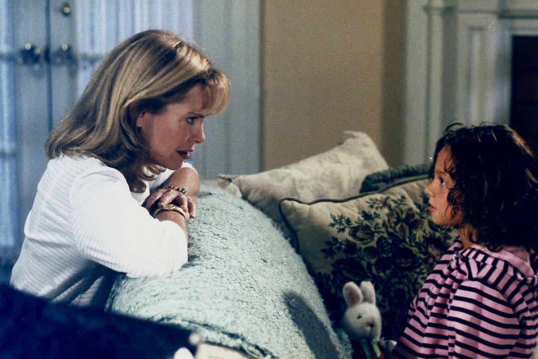 Ruthie (Mackenzie Rosman, r.) erzählt Annie (Catherine Hicks, l.) von einem Mitschüler, der ziemlich gewalttätige Videospiele spielt. - Bildquelle: The WB Television Network