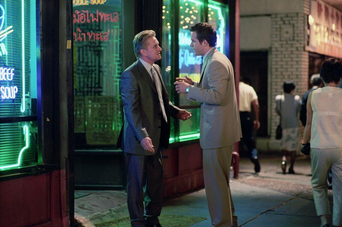 Zur Hochzeit seines Sohnes Mark (Ryan Reynolds, r.) mit Melissa Peysers soll alles anders werden und Steve (Michael Douglas, l.) nimmt sich vor, pü... - Bildquelle: Warner Bros.