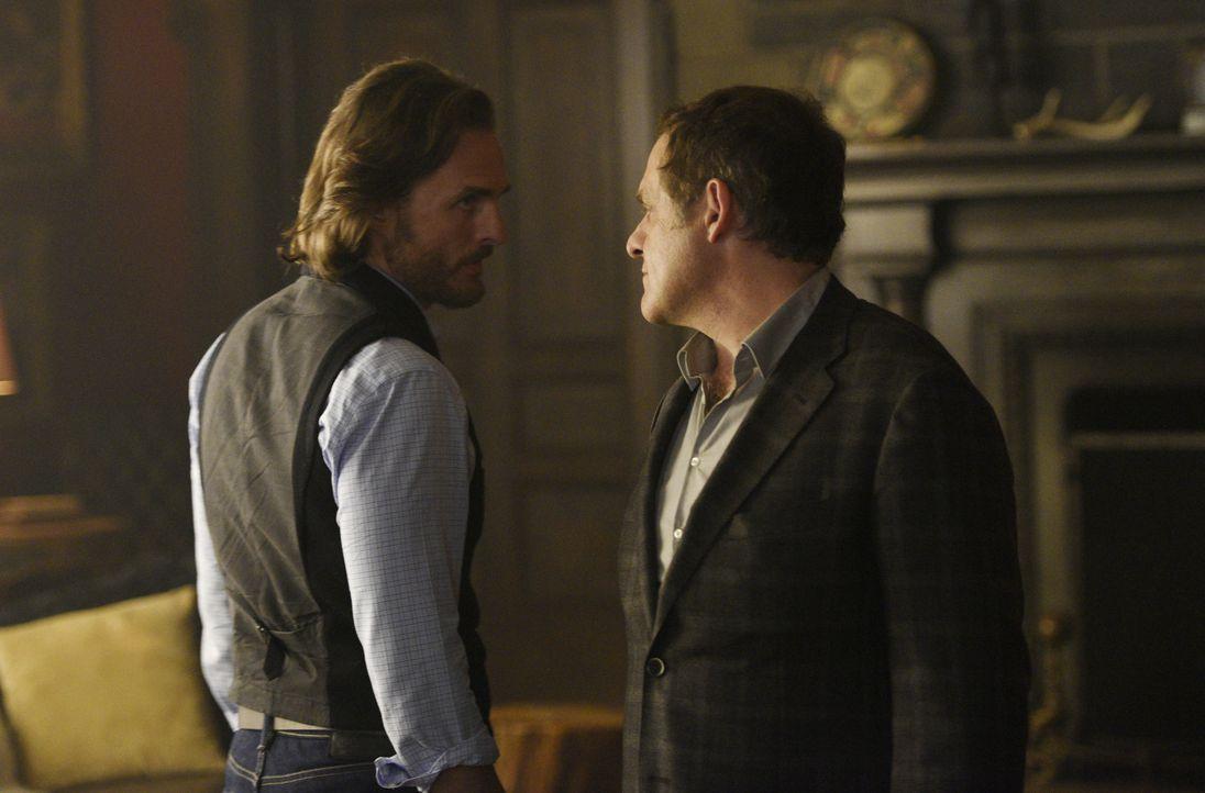 Nachdem Jeremys (Greg Bryk, l.) Geheimnis aufgeflogen ist, wird er Roman Navikev (Daniel Kash, r.) umbringen? - Bildquelle: 2015 She-Wolf Season 2 Productions Inc.