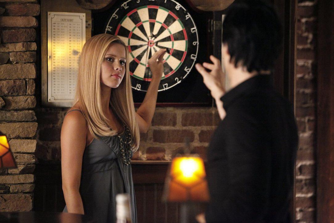 Während Rebekah (Claire Holt, r.) auf der Suche nach etwas in Mystic Falls ist, erinnert sich Damon (Ian Somerhalder, r.) an vergangene Zeiten ... - Bildquelle: Warner Brothers