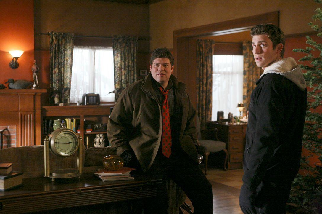 Nicht alle freuen sich auf das Weihnachtsfest - stellen Nick (Bryan Greenberg, r.) und Owen (Brad William Henke, l.) erstaunt fest... - Bildquelle: ABC Studios