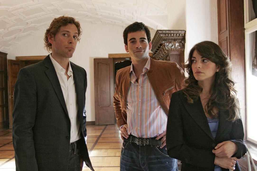 Überraschenderweise taucht David (Mathis Künzler, M.) doch zur Besichtigung der Villa auf - und sorgt bei Mariella (Bianca Hein, r.) und Lars van... - Bildquelle: Sat.1
