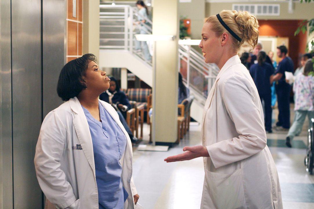 Izzie (Katherine Heigl, r.) bittet Bailey (Chandra Wilson, l.), sie bei dieser Operation von Heather zusehen zu lassen, doch Bailey will, dass sie e... - Bildquelle: Touchstone Television