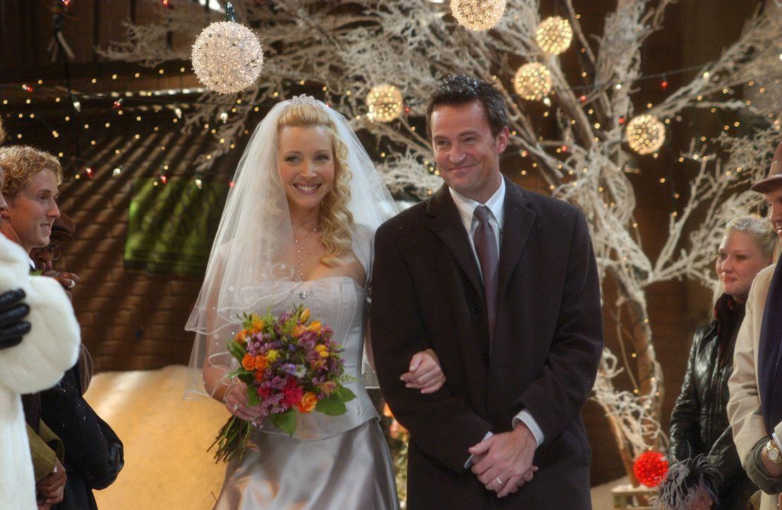 Stolz führt Chandler (Matthew Perry, r.) die Braut (Lisa Kudrow, l.) zum 'Altar' ... - Bildquelle: 2003 Warner Brothers International Television