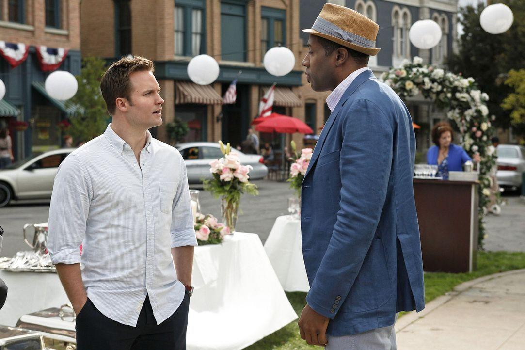 Am geplanten Hochzeitstag treffen George (Scott Porter, l.) und Lavon (Cress Williams, r.) noch einmal aufeinander, anders als erwartet ... - Bildquelle: Warner Bros.