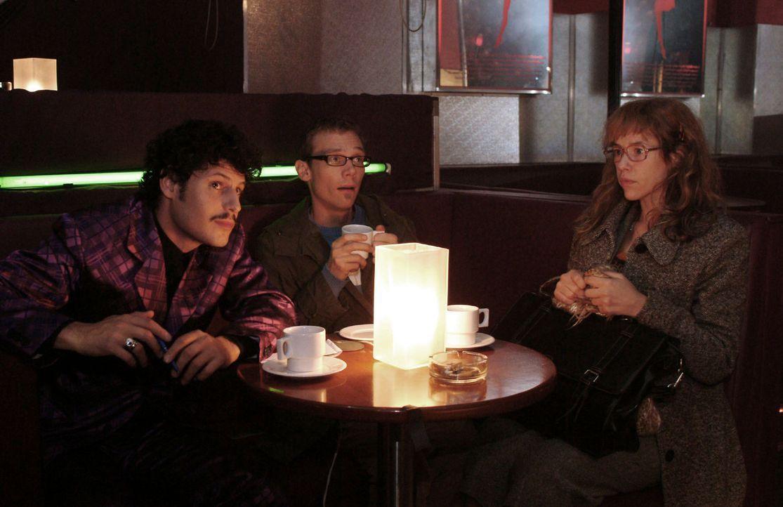 Lisa (Alexandra Neldel, r.) kann nicht fassen, dass Rokko (Manuel Cortez, l.) sie und Jürgen (Oliver Bokern, M.) in eine Tabledance-Bar gelockt hat... - Bildquelle: Monika Schürle Sat.1