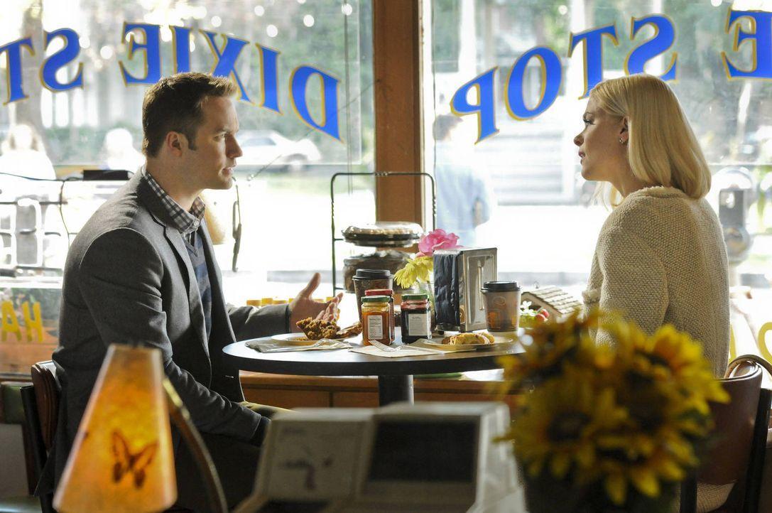 Als George (Scott Porter, l.) seine Eltern zu seiner Ehren-Party einladen möchte, ist Lemon (Jaime King, r.) alles andere als begeistert. - Bildquelle: Warner Bros.