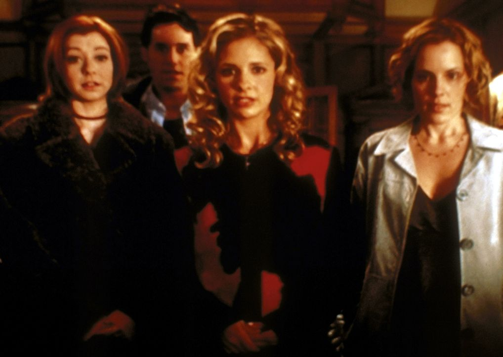Buffy (Sarah Michelle Gellar, M.) und ihre Freunde Willow (Alyson Hannigan, l.), Xander (Nicholas Brendon, 2.v.l.) und Anya (Emma Caulfield, r.) müs... - Bildquelle: TM +   2000 Twentieth Century Fox Film Corporation. All Rights Reserved.