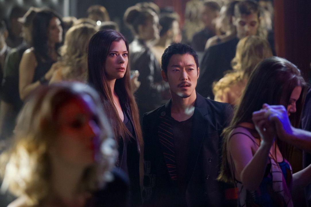 Als Cara (Peyton List, l.) und Russell (Aaron Yoo, r.) sich auf die Suche nach einem Auftragsmörder machen, ahnen sie noch nicht, was wirklich dahin... - Bildquelle: Warner Bros. Entertainment, Inc